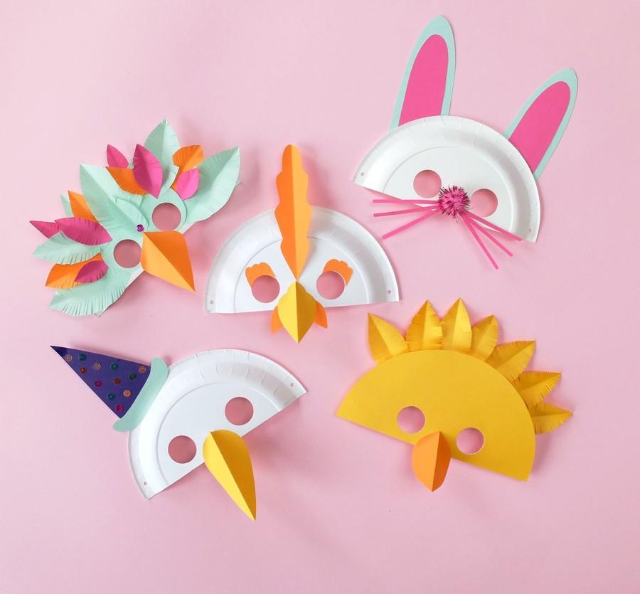 Påskpyssel med masker som ser ut som en kyckling, häxa eller hare.