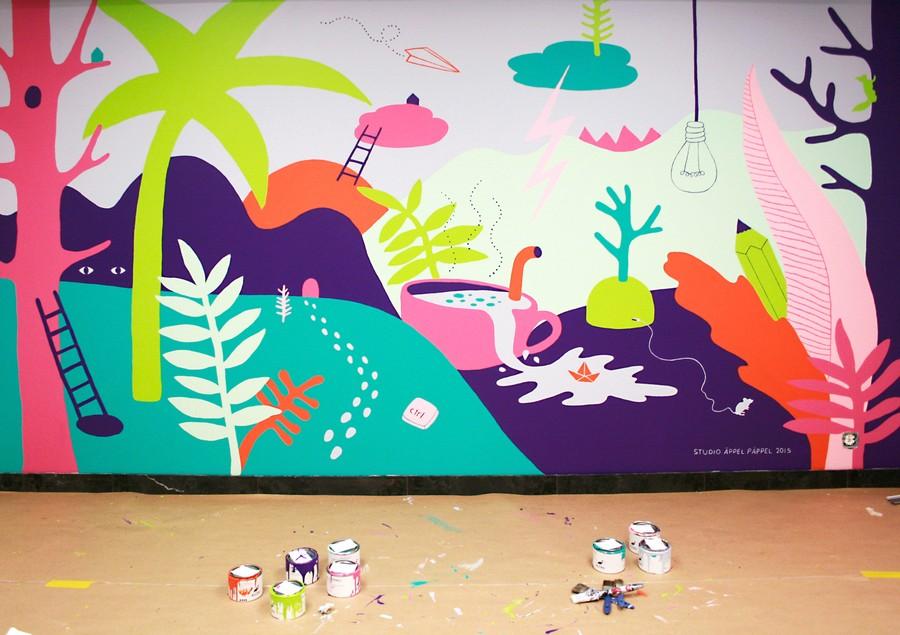 Färgglad väggmålning i konferensrum