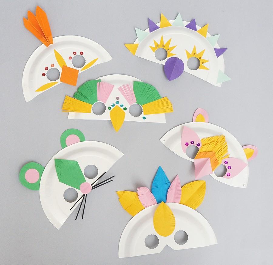 Pyssel med maskeradmasker av papper och pappertallrikar.