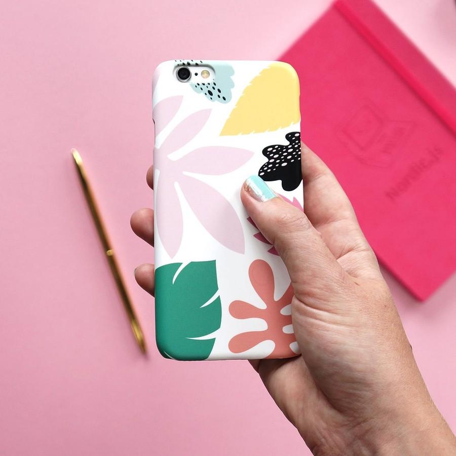 Hand som håller i ett färgglatt mobilskal
