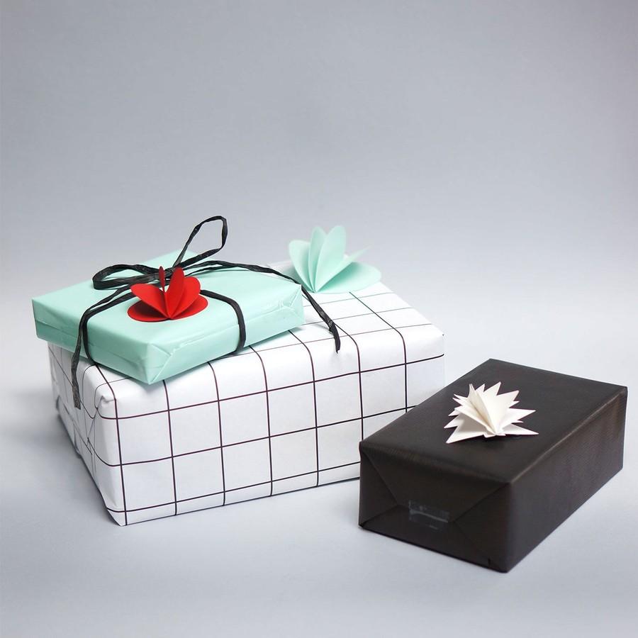 Pyssel med dekorationer till paket.