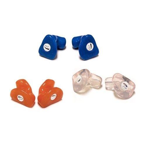 Tre formgjutna hörselskydd i blå, orange och transparent färg
