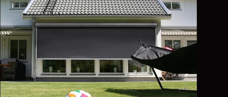 Vertikalmarkisen eller Screenmarkisen är en idealiskt lösning för att skapa skugga och skydda fönster, dörrar och glasväggar. Håll störande ljus ute, mörklägg med mörkläggningsväv, skydda mot insyn med screenvävar eller håll värme inne på vintern och kylan inne på sommaren. Vertikalmarkisen har obegränsade möjligheter och vi hjälper dig med det du behöver!