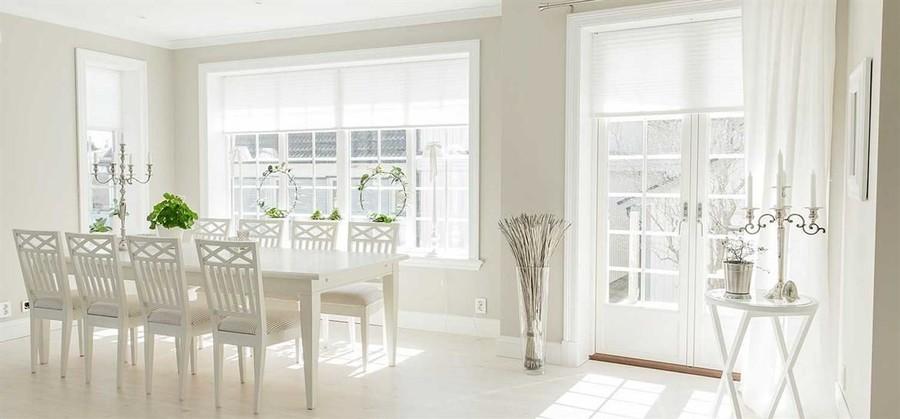 Screenväv kallas de vävar som mest kan liknas vid ett nätmaterial som fint silar ljuset och skapar en behaglig atmosfär såväl utomhus  som inomhus. En screenrullgardin är perfekt för att stänga ute värmen men samtidigt kunna se obehindrat ut genom fönstret. Den ljusfiltrerande väven bryter bort de starkaste strålarna men släpper samtidigt in ett behagligt ljus utan att mörklägga och ta bort sikten. Välj en screenväv om du vill behålla dagsljuset men filtrera bort det bländande skenets från vårsolens starka sken.