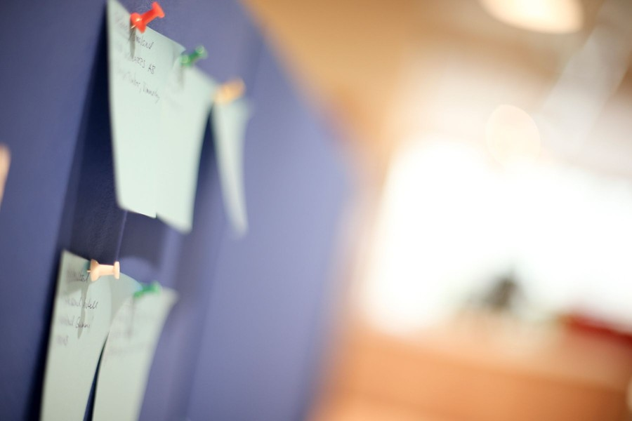 Detaljbild på anslagstavla vid möblerad kontorsplats i kontorshotell