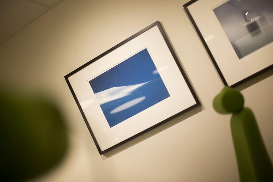 Detaljbild av konst på väggarna i koja kontorshotell Halmstad