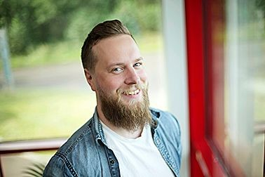 Oskar Ålund Trivs i sitt nya stora kontor, Koja Kontorshotell Halmstad