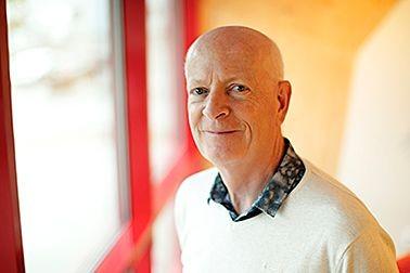 Roland är Konsult på Carpo Novum , som hyr kontor och renrum , på Koja Kontorshotell, Halmstad, Flygstaden