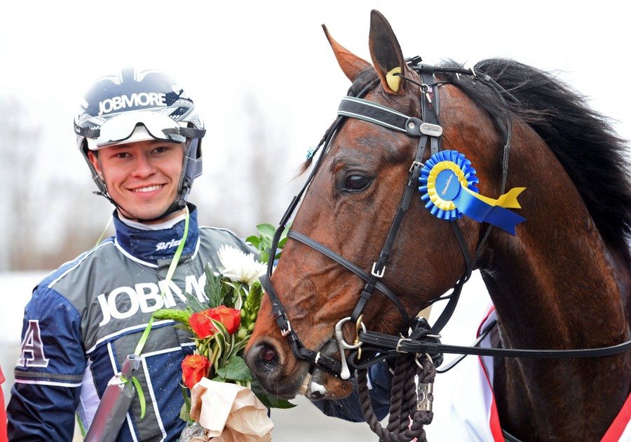 Oskar J Andersson är travtränare och kusk. OJA Racing håller till i Sala.