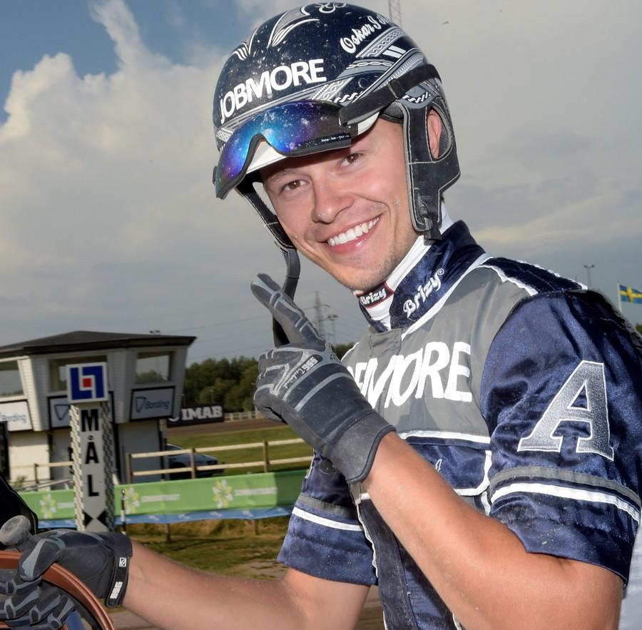Oskar J Andersson är travtränare och kusk. Bli hästägare hos OJA Racing!