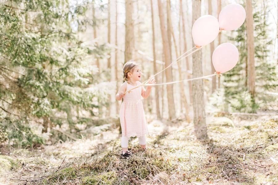 Treårsfotografering med ballonger i skogen i Göteborg