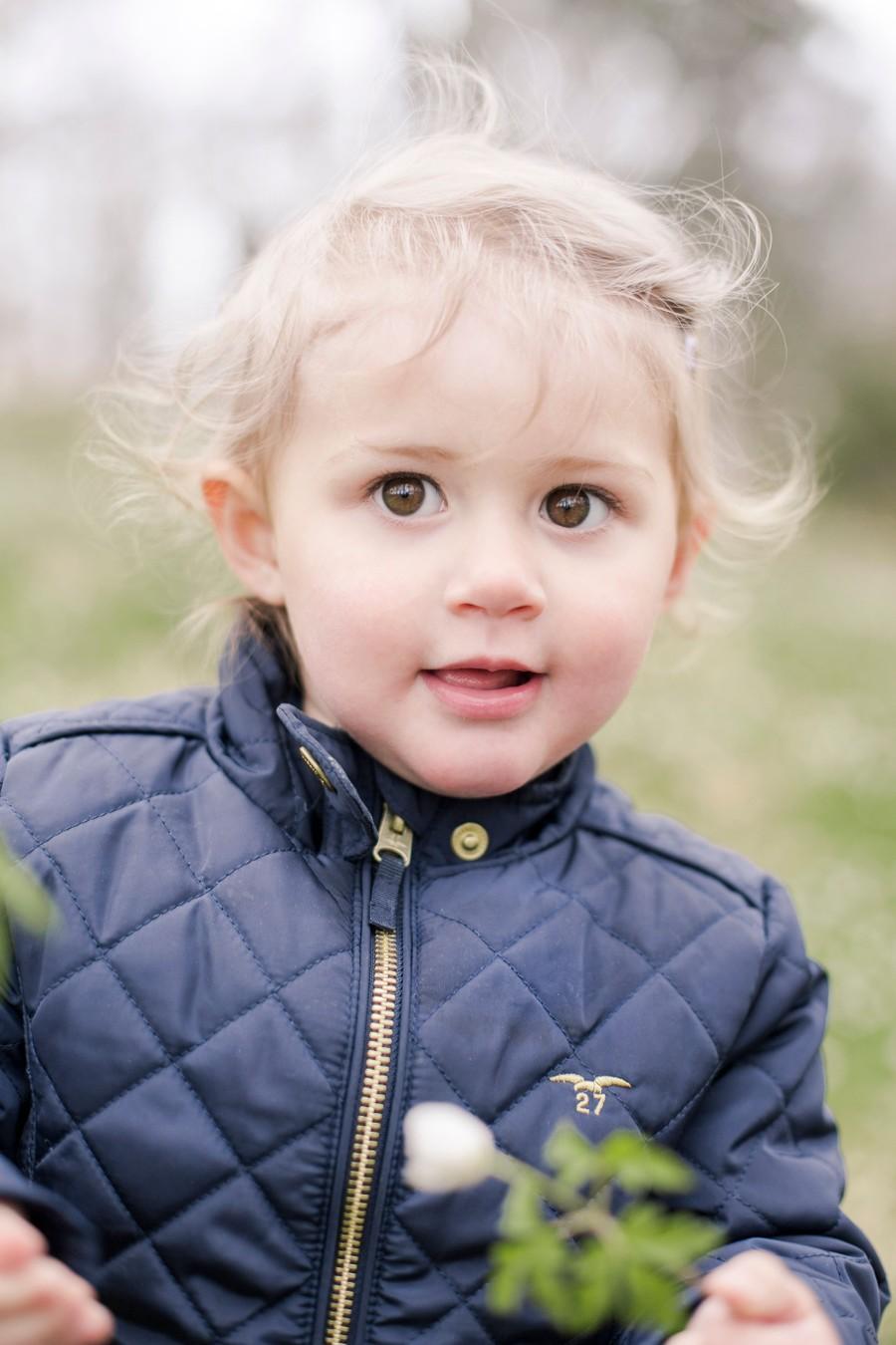 Barnfotografering bland vitsippor