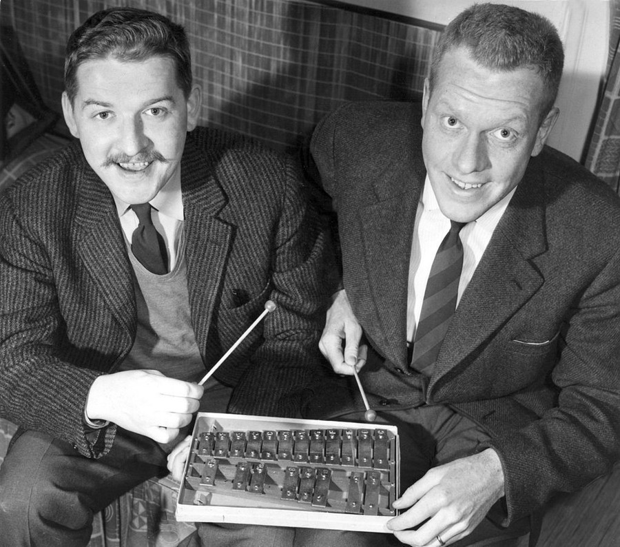 Hans Alfredson och Tage Danielsson poserar med klangspelet Apollo på vilket melodierna till revyn Doktor Kotte slår till eller Siv Olson komponerades, 1959.