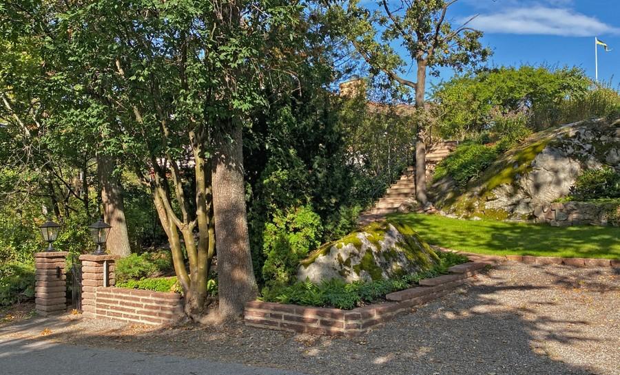 trädgårdsdesign trädgårdsarkitekt wägerth ölandssten murar grind plantering parkering trappor