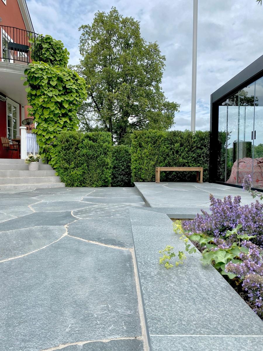 Wägerths trädgårdsdesign trädgårdsarkitekt buxbomhäck skiffer offerdalsskiffer lyxig uteplats stenläggning inglasat uterum