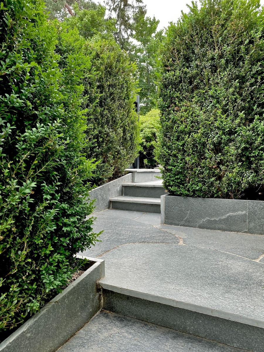 Wägerths trädgårdsdesign trädgårdsarkitekt buxbomhäck skiffer offerdalsskiffer lyxig uteplats stenläggning trappor