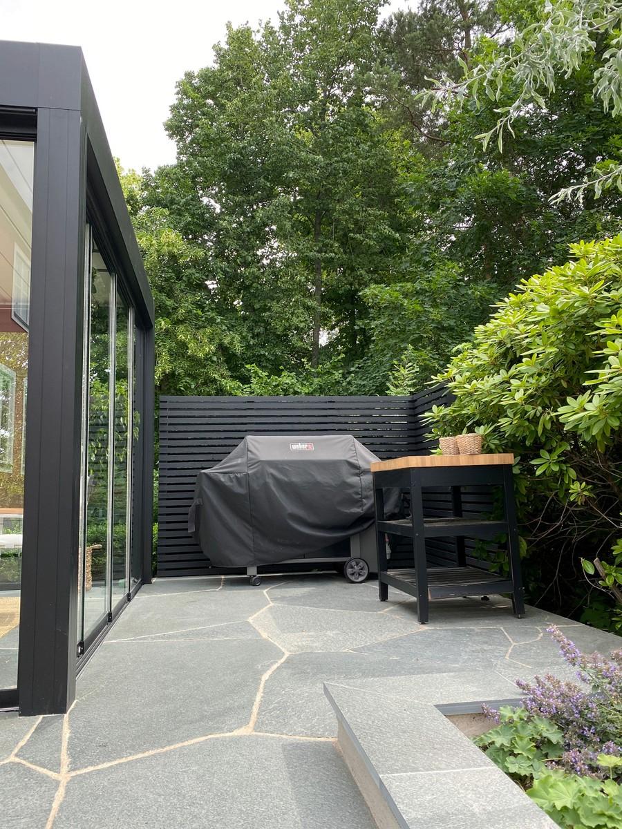 Wägerths trädgårdsdesign trädgårdsarkitekt skiffer offerdalsskiffer lyxig uteplats stenläggning inglasat uterum grillplats weber