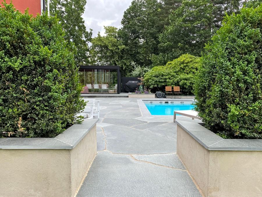 Wägerths trädgårdsdesign trädgårdsarkitekt buxbomhäck skiffer offerdalsskiffer lyxig uteplats stenläggning pool poolområde inglasat uterum