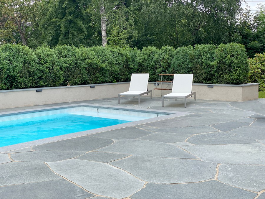 Wägerths trädgårdsdesign trädgårdsarkitektbuxbomhäck skiffer offerdalsskiffer lyxig uteplats stenläggning pool poolområde