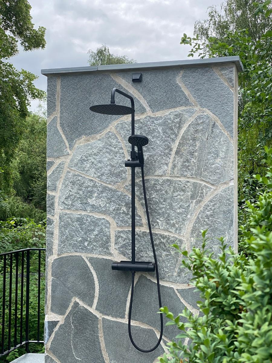 Wägerths trädgårdsdesign trädgårdsarkitekt buxbomhäck skiffer offerdalsskiffer lyxig uteplats stenläggning pool poolområde utomhusdusch utedusch