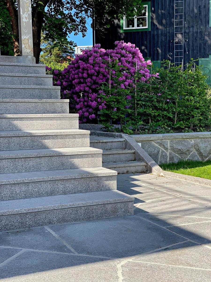 Wägerths Trädgårdsdesign trädgårdsarkitekt trädgårdsidé ny trädgård stentrappa stenmur bohusgranit stenläggning oregelbunden granit plantering