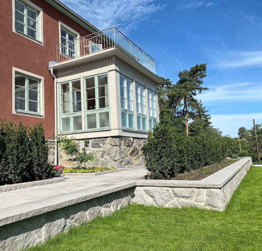 Wägerths Trädgårdsdesign trädgårdsarkitekt trädgårdsidé ny trädgård stenmur bohusgranit stenläggning stengång oregelbunden granit plantering gräsmatta klassisk villa