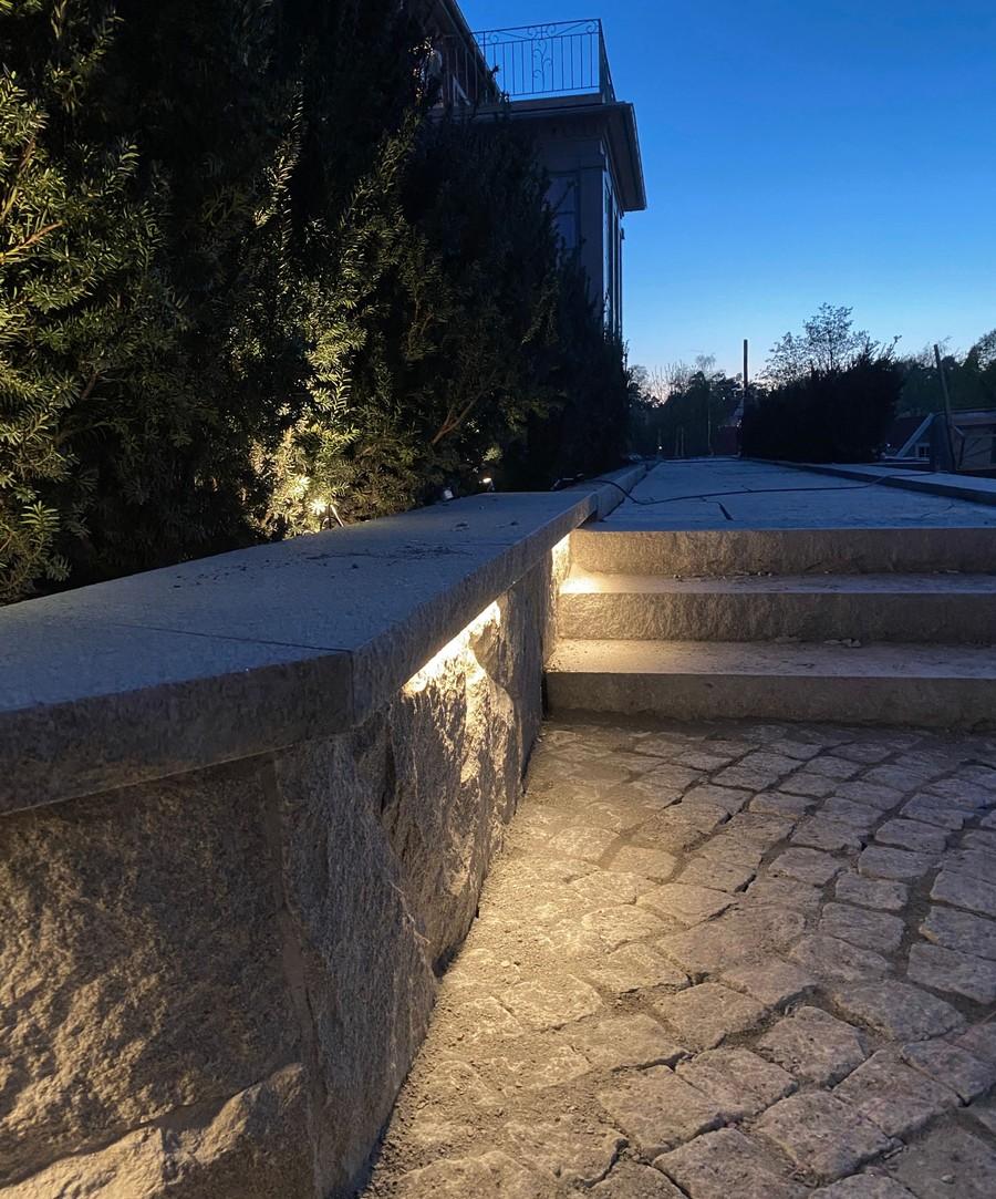 Wägerths Trädgårdsdesign trädgårdsarkitekt trädgårdsidé ny trädgård stenmur bohusgranit stenläggning stengång smågatsten oregelbunden granit plantering belysning utomhusbelysning in-lite