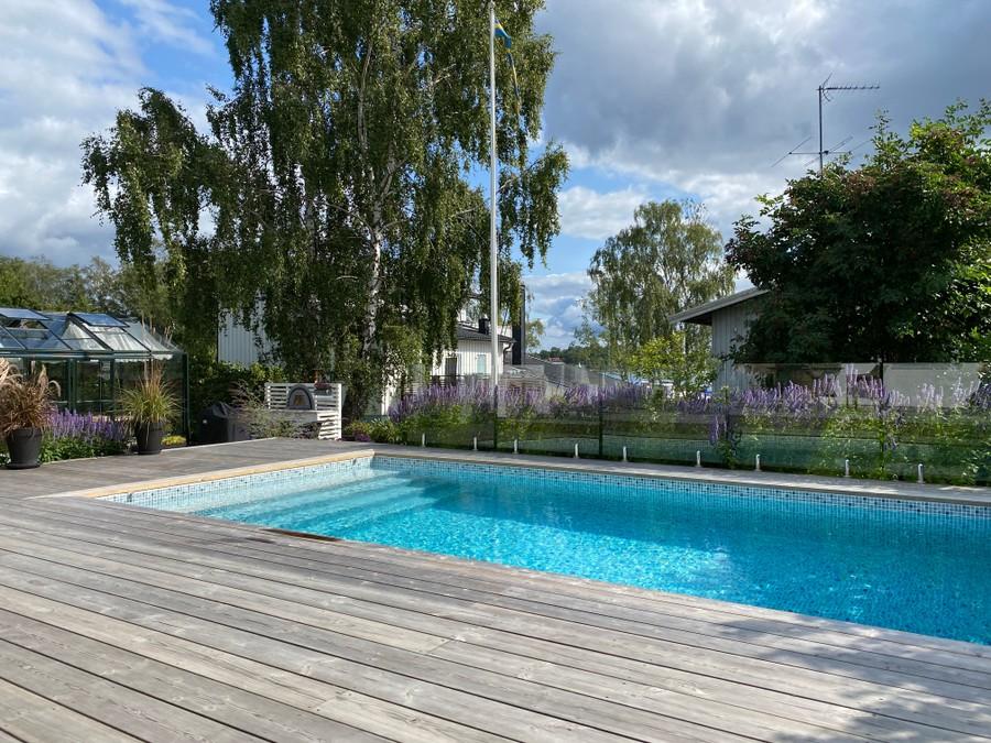 trädgårdsarkitekt trädgårdsdesign wägerth wägerths pool träaltan sjöutsikt uteplats glasräcke
