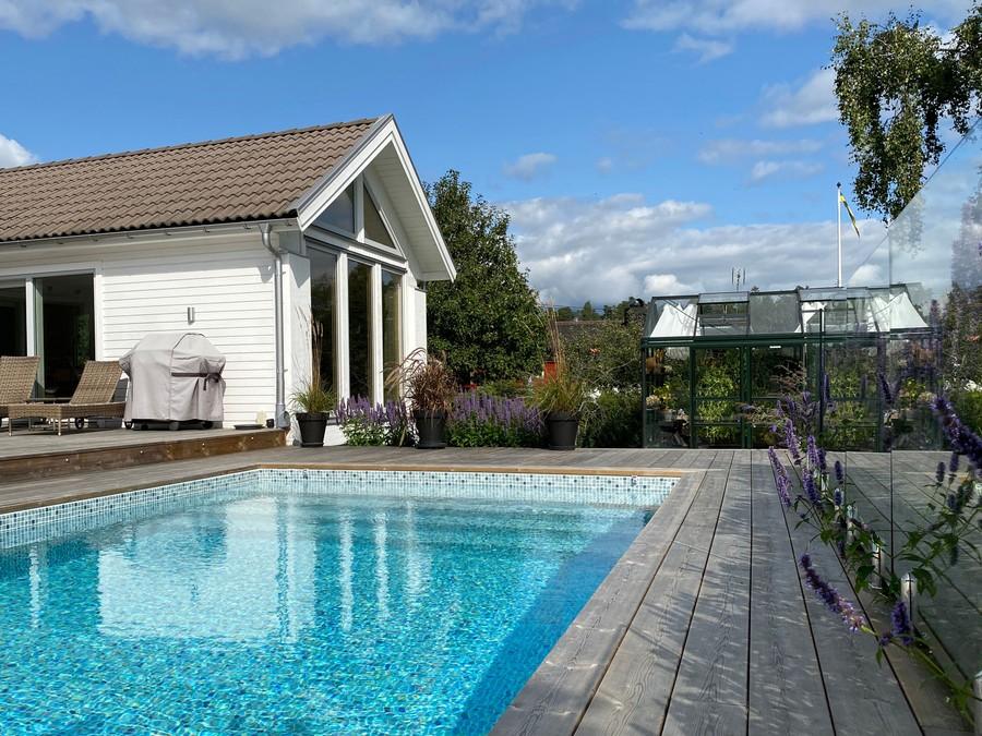 utekök trädgårdsritning trädgårdsvy trädgårdsidé ny trädgård altan veranda uteplats uterum växthus poolområde pool glasräcke