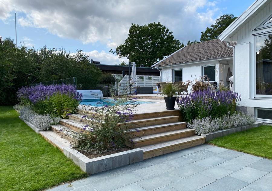 trädgårdsdesign trädgårdsplanering trädgårdsritning altan pool plantering fjärilsbuske skiffer stenläggning stenkyndel anisop trall