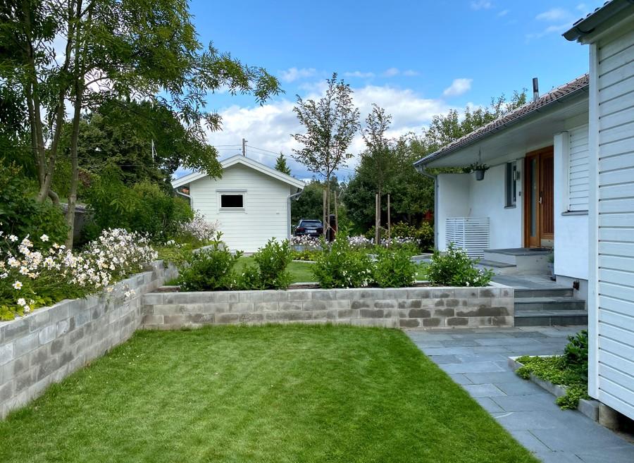 trädgårdsarkitekt wägerth trädgårdsritning trädgårdsvy trädgårdsidé ny trädgård plantering anemone wild swan murar betongmur skiffergång