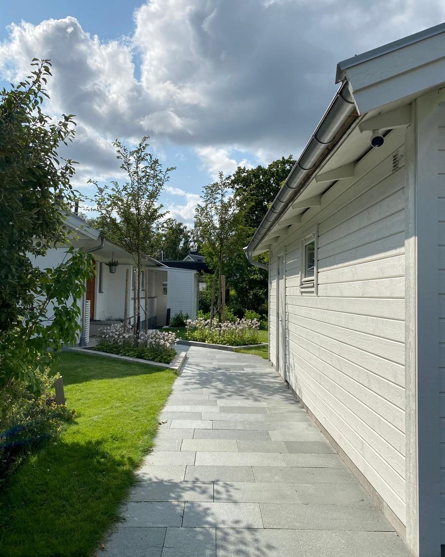 trädgårdsarkitekt wägerth trädgårdsritning trädgårdsvy trädgårdsidé ny trädgård plantering anemone wild swan murar prunus accolade betongmur skiffergång garage