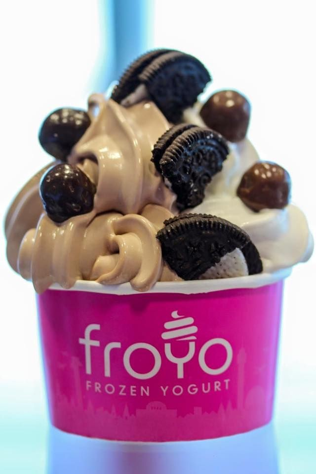 Krämig frozen yogurt med smak av vanilj och choklad