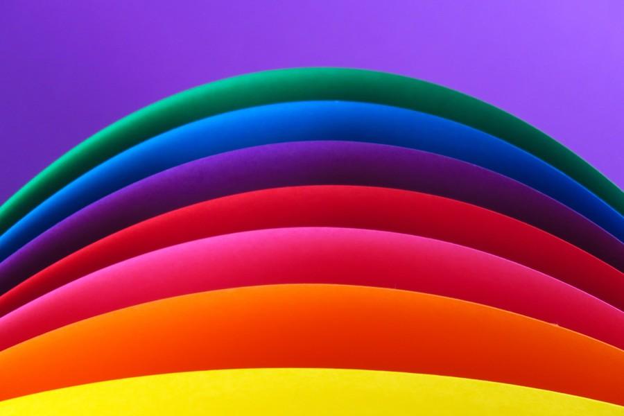 Böjda pappersark i regnbågens färger