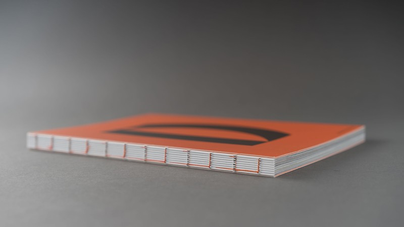 En bok utan rygg där man vill lämna bindningen och trådarna synliga