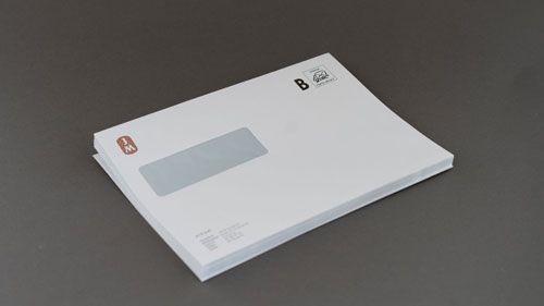 Kuvert med fönster till vänster